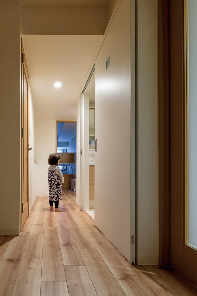 設備を一新した水まわりは、ユーティリティがゆったり使えるよう内開きのドアから引き戸に変更