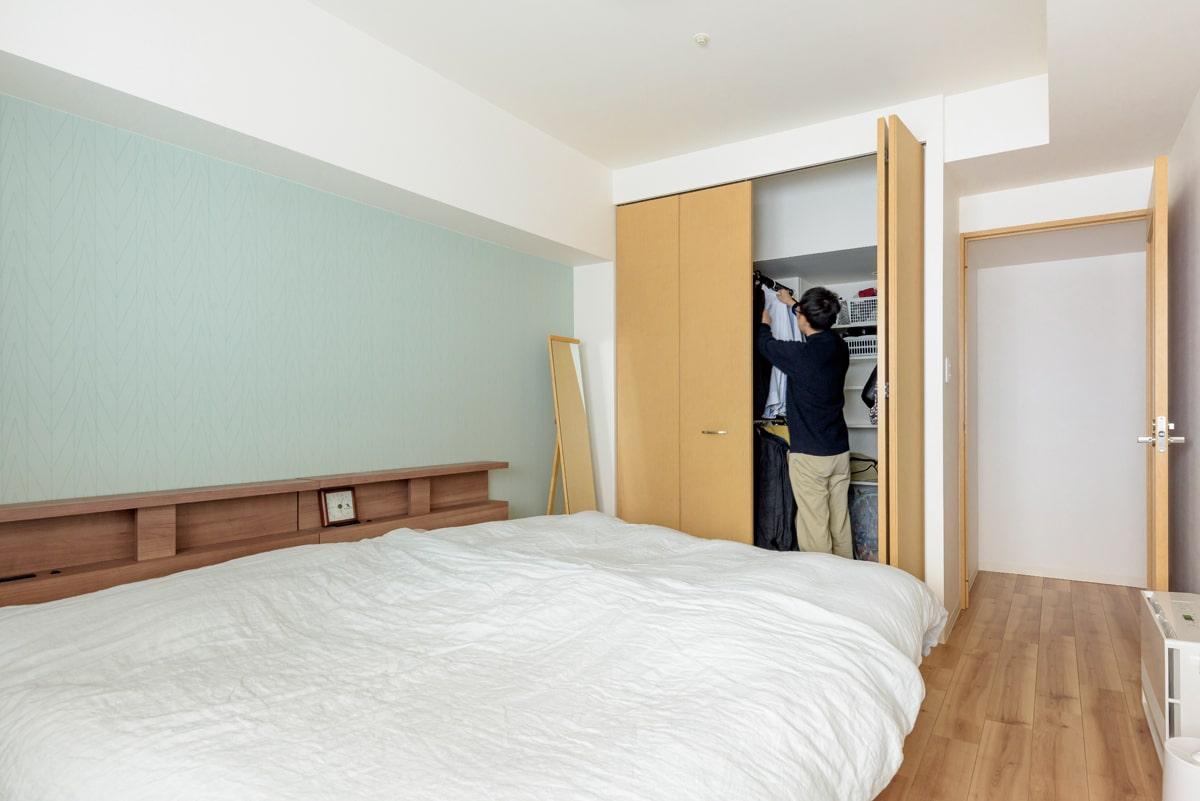廊下にあった収納と既存の収納を一体化させ、新たにウォークインクローゼットを設けた主寝室