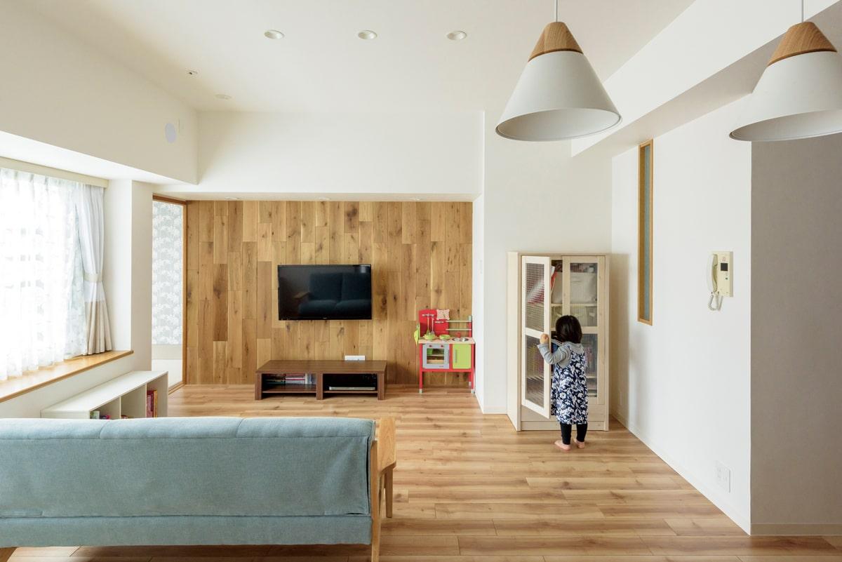 リビングの壁には、厚さ15㎜のナラ無垢材を縦張りにし、LD空間のポイントに