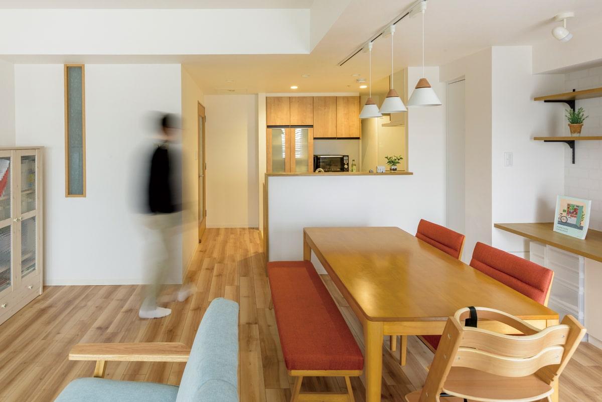 既存の壁を取り払い、対面式に変更してLDと一体化させたキッチン。既存の水まわりへの動線はふさぎ、より使いやすいよう背面に収納を設けている