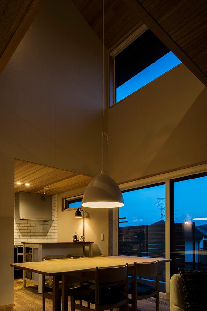 ダイニングテーブル全体を照らす大型のペンダントランプは、ひとつでも十分な明るさを確保できる