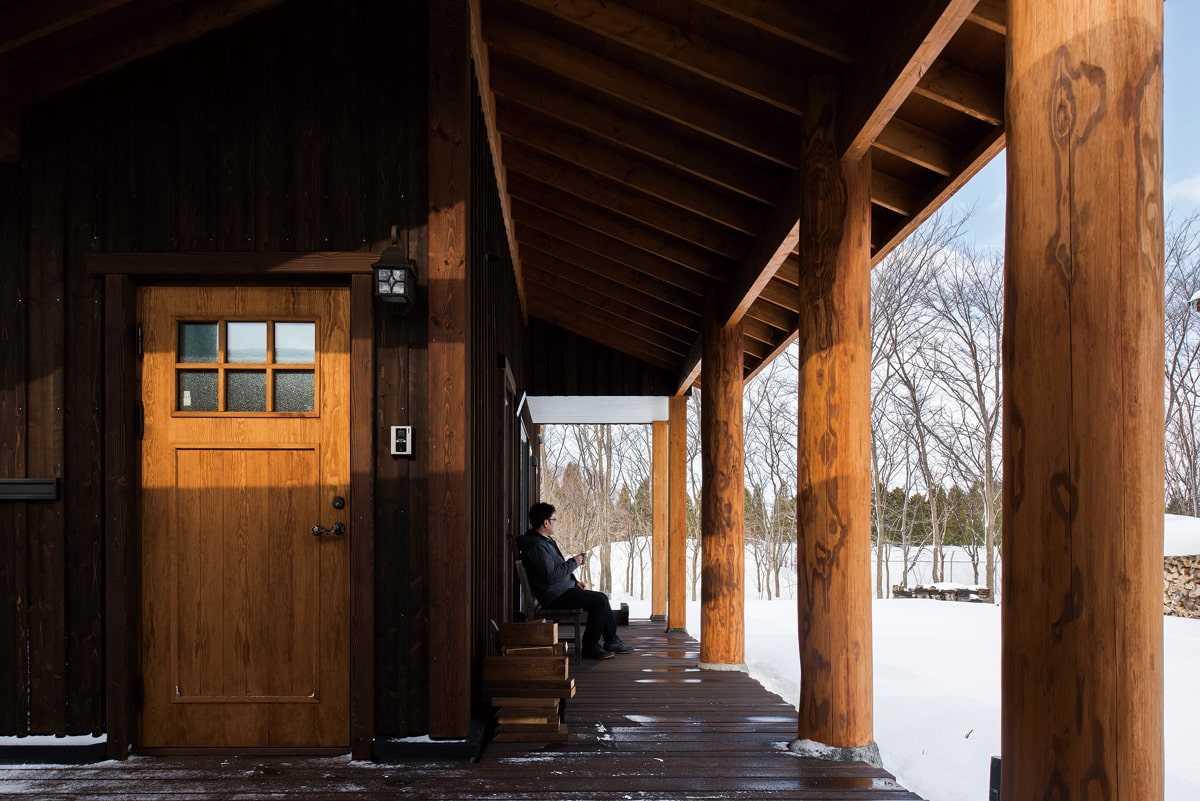 玄関ポーチとウッドデッキはひとつながりに。屋根付きで、夏も冬も大活躍だそう
