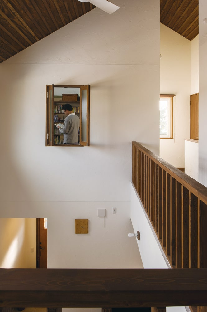 ご主人の書斎の吹き抜け側に設けた小窓からは、暖気を取り込むことができる
