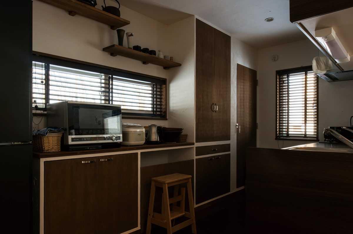 キッチンの収納は造作。扉の面を壁に合わせて凹凸をなくし、スッキリとした印象に仕上げた