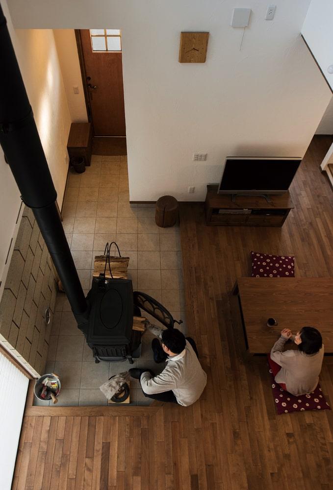 薪ストーブは、玄関から続く土間の上に設置。LDKとの段差がちょうど椅子代わりにもなる
