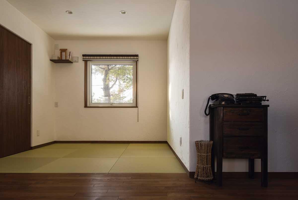 リビングの横に配した和室は、建具で仕切らずオープンに。祖父宅にあったという黒電話が空間に馴染んでいる