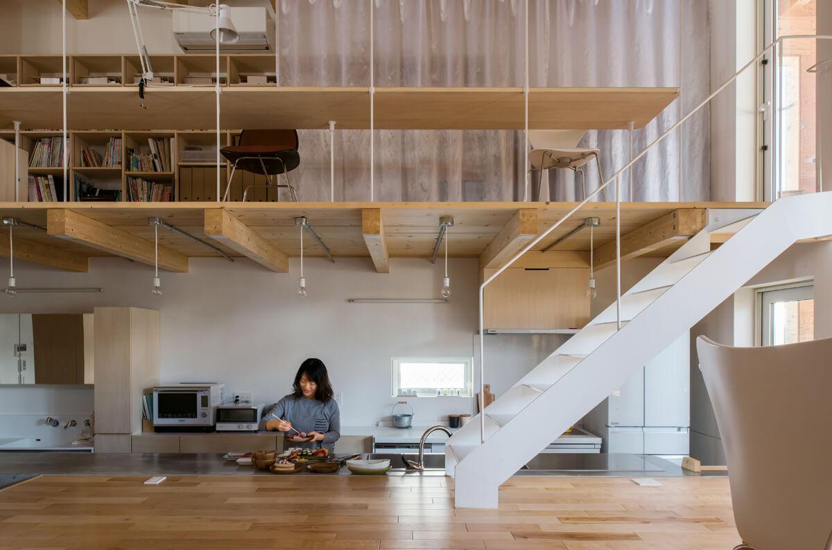 リビング・ダイニングが中二階にあるような設計のスキップフロア。キッチンに立ったときの目の高さが、リビング・ダイニングの床レベルで、2階フロアが近くに感じる