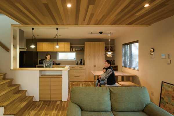 キッチンに立ちながら家族の様子が感じられる自然素材の住まい
