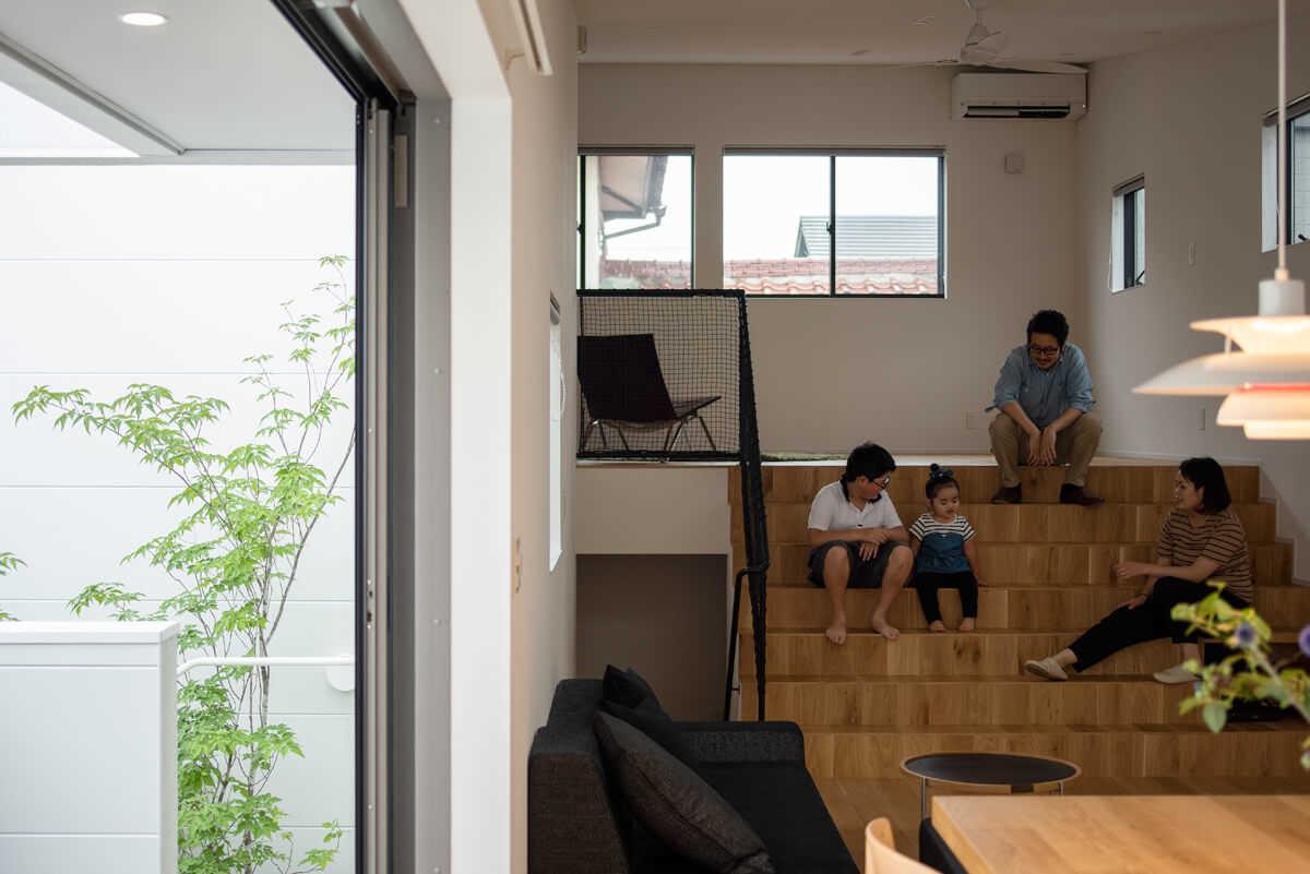 幅が広く段数の少ない階段は、ベンチ代わりに
