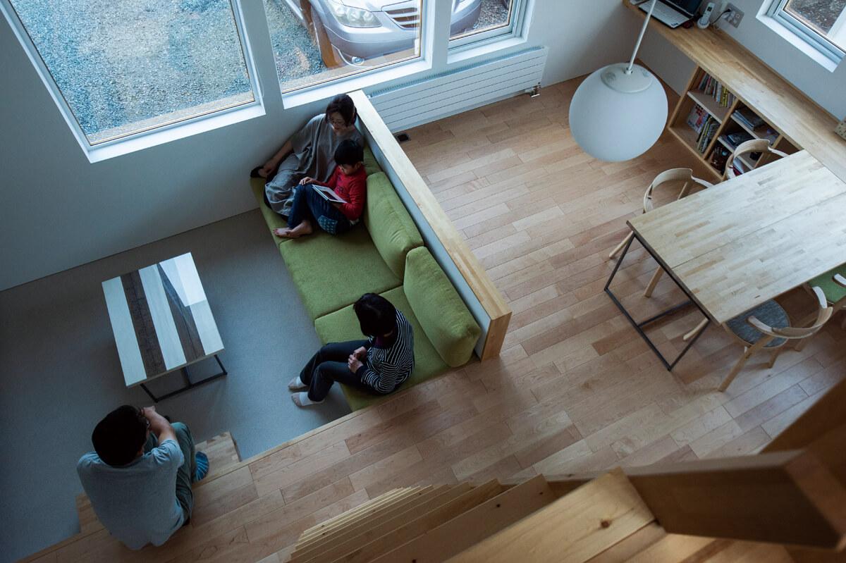 床座もできる造作ソファのあるスキップフロアのリビング