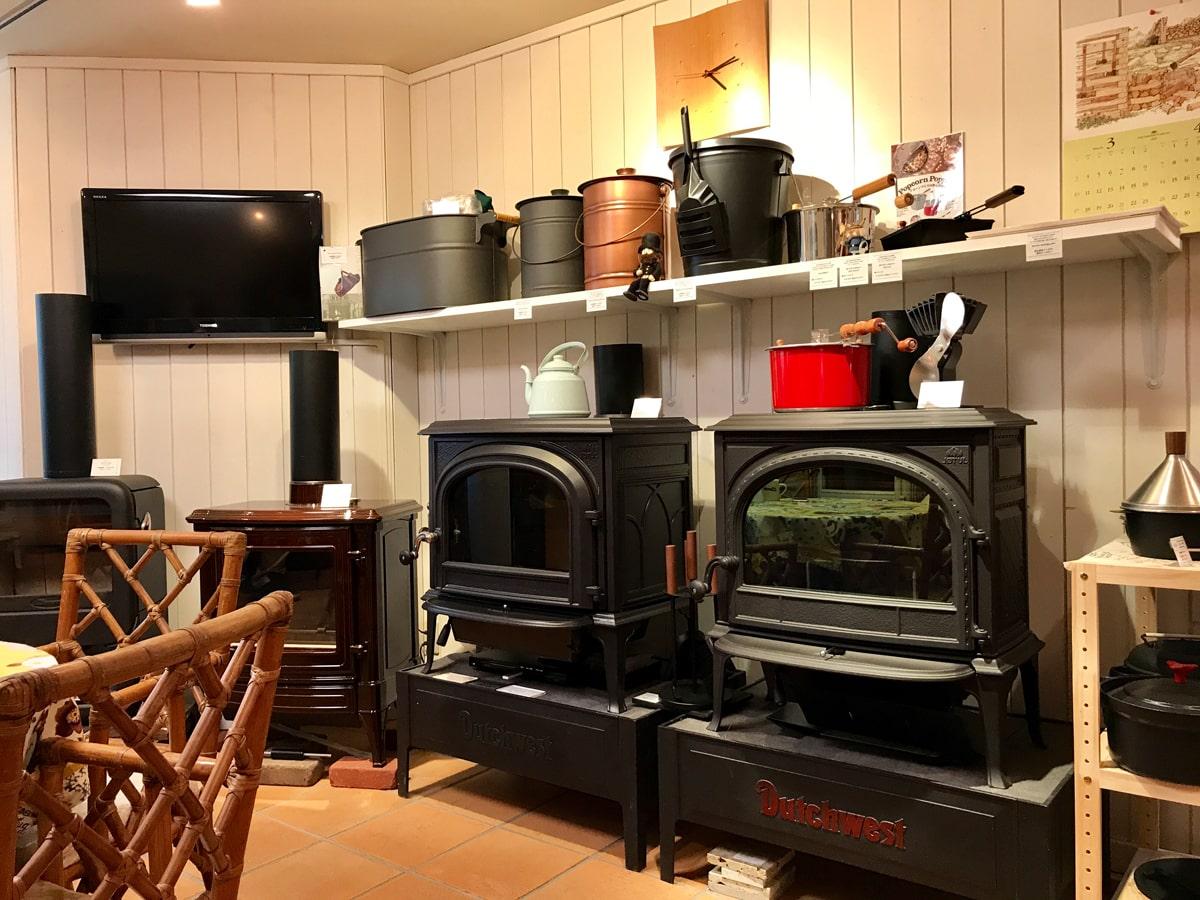 ショールーム内の様子。壁沿いに室内を囲むように薪ストーブが陳列されている