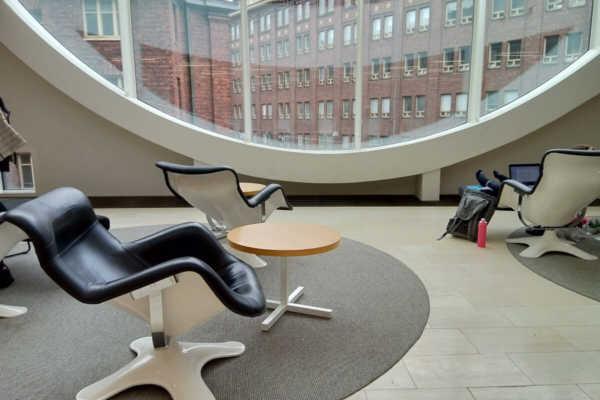 デザイナーズチェアのショールーム!?観光客も入れるヘルシンキ大学図書館