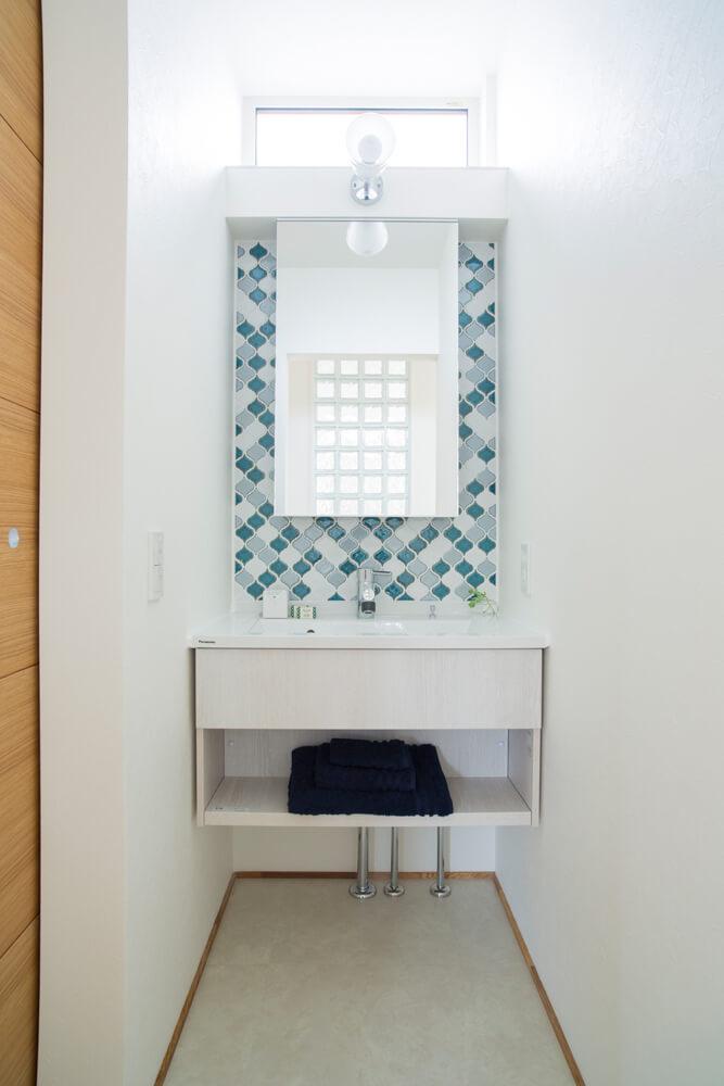 コンパクトながら、タイルづかいと窓で存在感のある洗面コーナーに