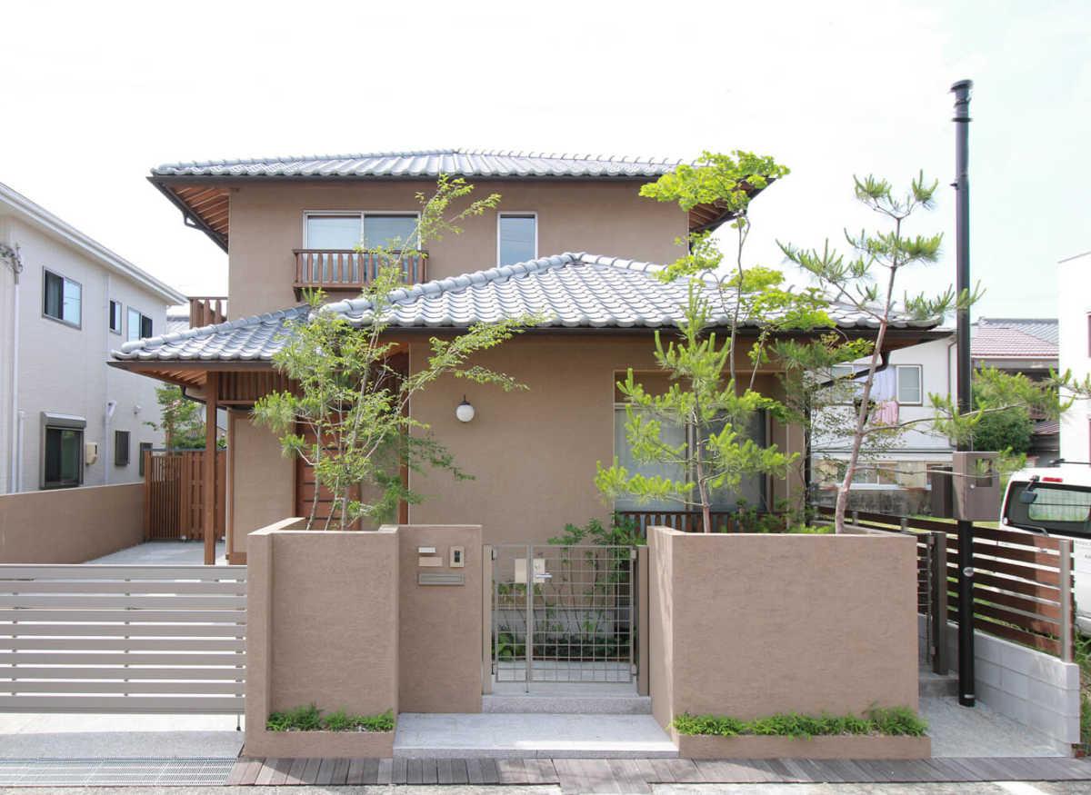 外壁に採用したそとん壁に、植栽の赤松が映える