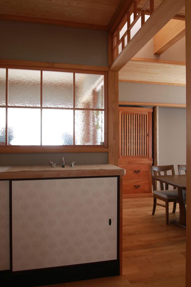 アンティークガラスや京唐紙で、素材も時代を感じ取れるものを採用