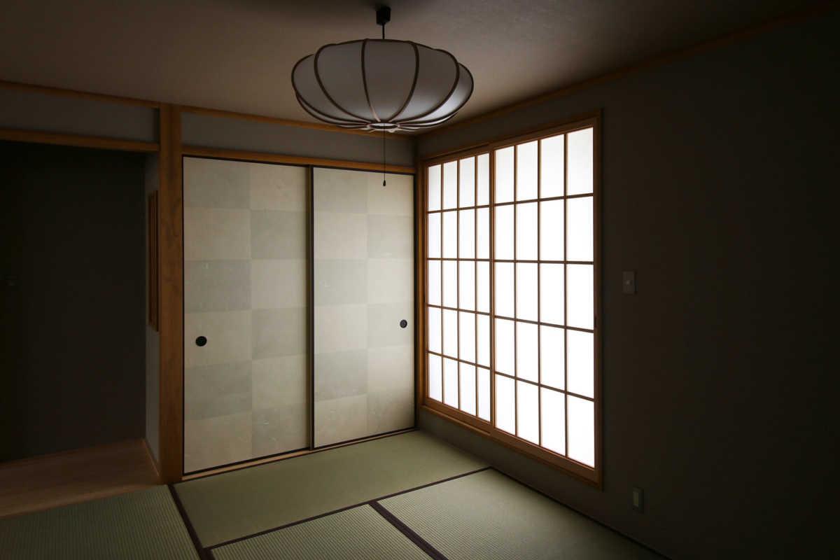 和室は明るさを抑えた落ち着いた空間に