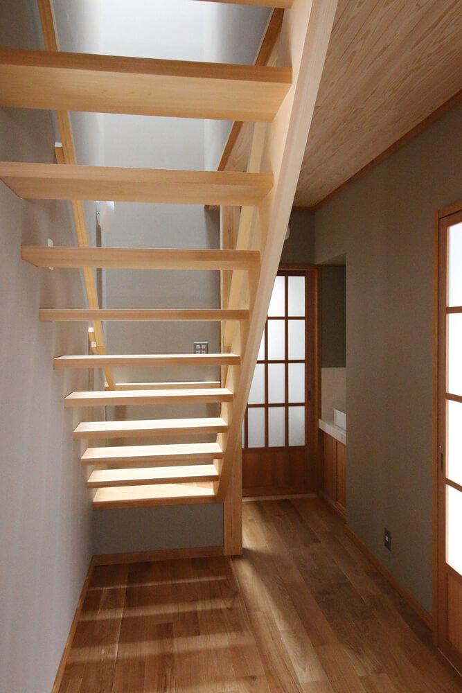 大工の技が光る、ヒノキ材で製作したストリップ階段