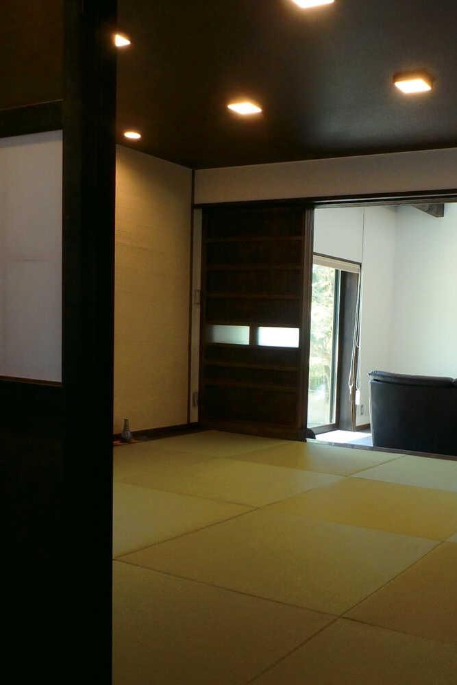 座敷からLDKを見る。8畳のシンプルな和テイスト空間。格子戸が室内外の温度を均一に保つ