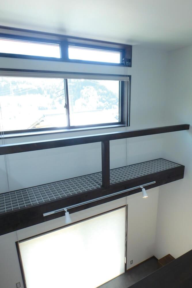 吹き抜けの高所窓は夏熱気を抜き、1階の小窓から23~25℃の 夜風を取り込み、土間床に蓄冷させることで夏涼しく過ごせる。窓には外用遮光スクリーン、内部にはハニカムサーモスクリーンで冬のコールドドラフトを防ぐ