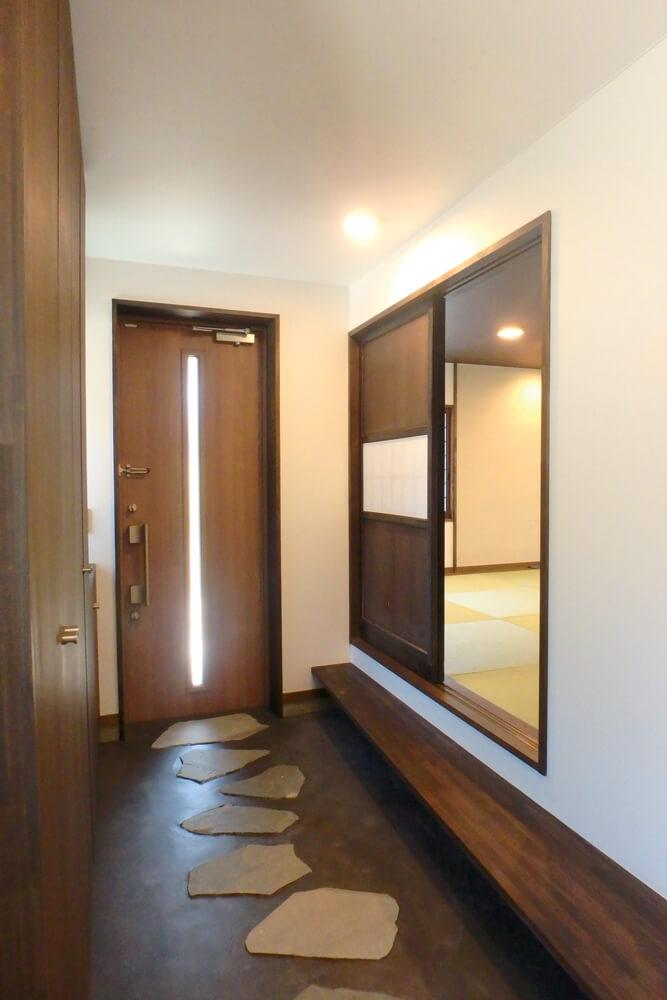 床暖房で暖かさが迎えてくれる玄関土間。お客様と座って話せる式台から直接座敷にお客様を通すことができる