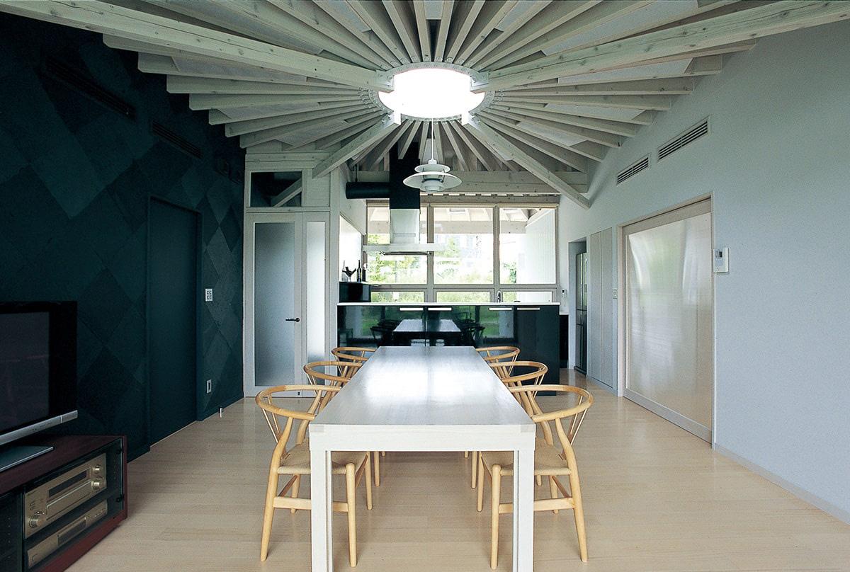 南北に抜ける一室空間のLDK。正面は南側台所。左側、和室に続く壁には仙台伝統の柳生和紙を貼っている