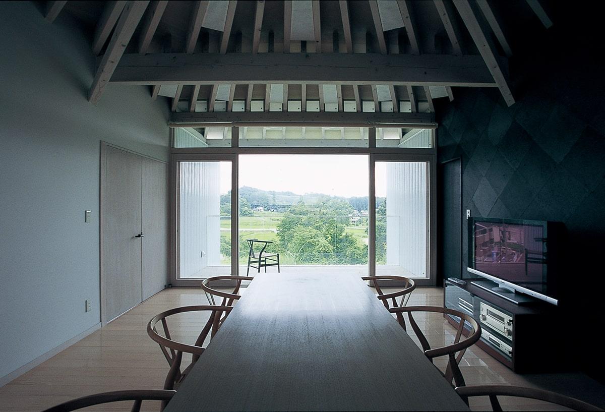 食堂から居間方向。北側に面したテラス2からは、泉ヶ岳が望める