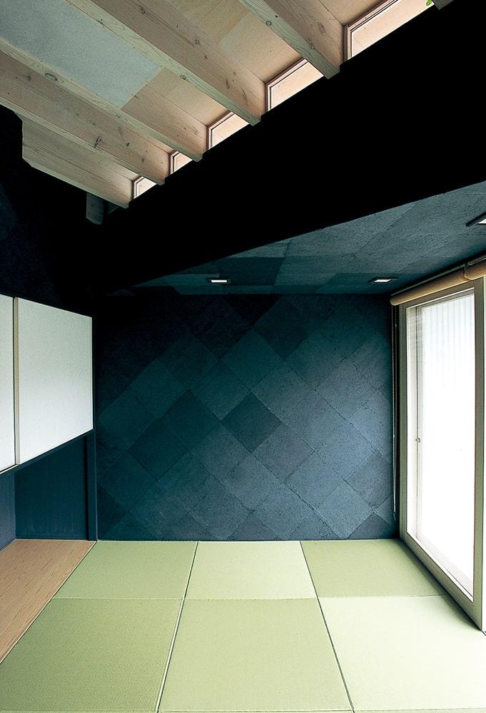居間同様、柳生和紙で仕上げた和室。上部、垂木の間の複層ガラスからも柔らかな光が入る
