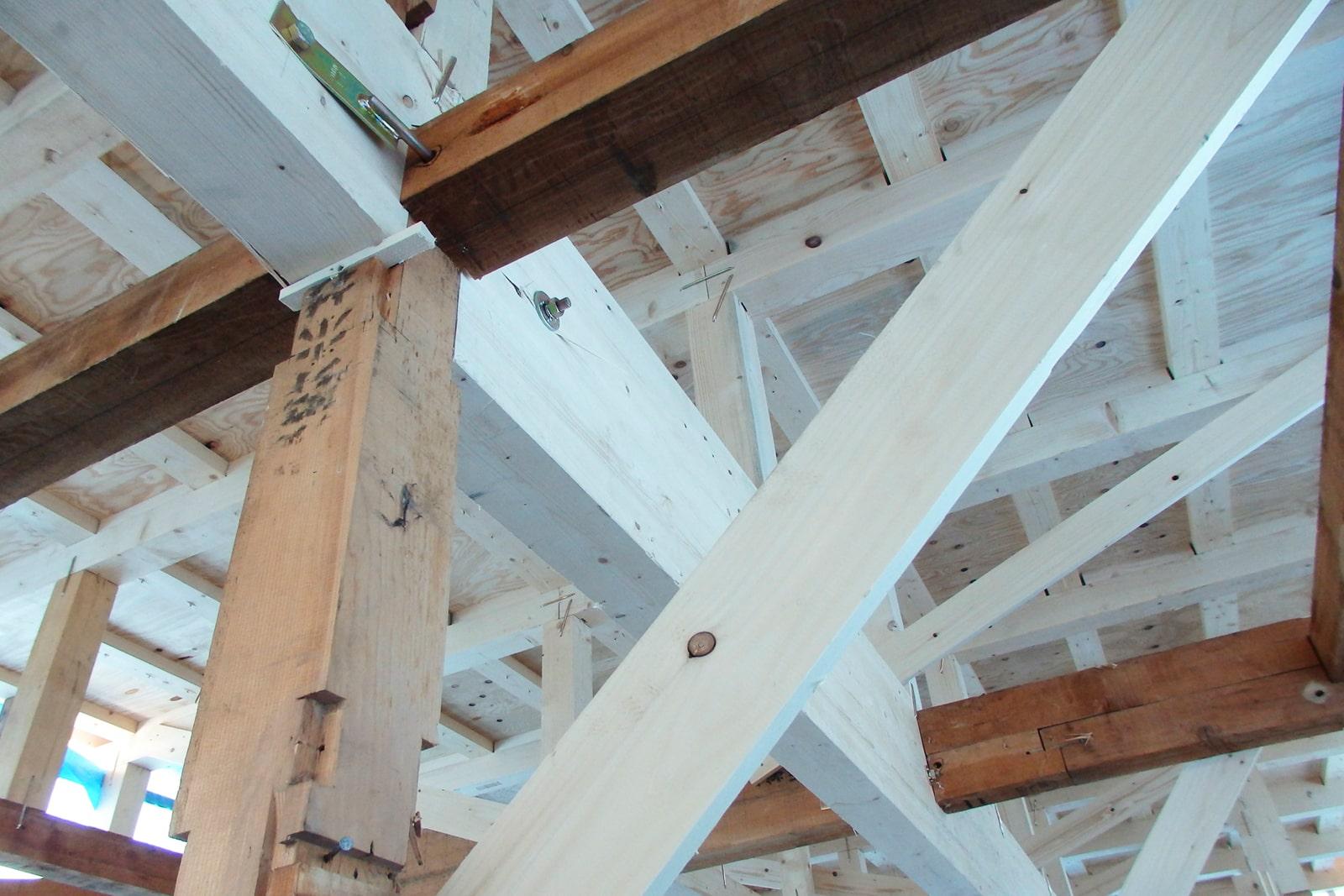 既存の柱と梁に、新しい構造材が足されている