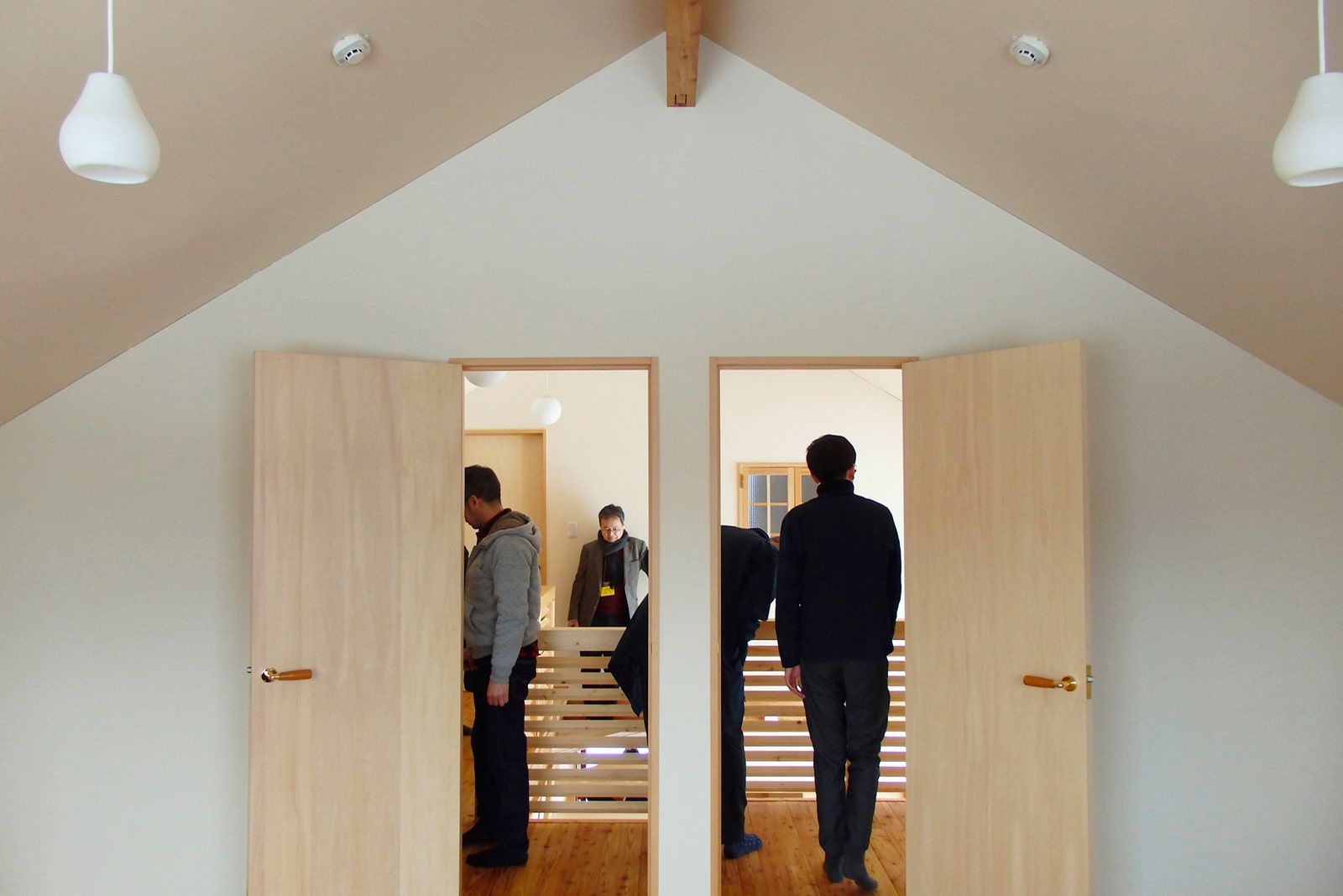 子ども部屋は将来、2部屋に分けられるよう扉も2つ。三角屋根からのこの対象、なんだか気持ちいいね