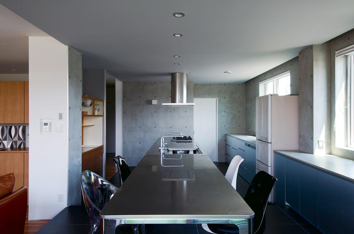 閉塞感が否めなかった以前とは打って変わって、造作のダイニングテーブルとキッチンが一直線に並ぶ、オープンな空間が実現した