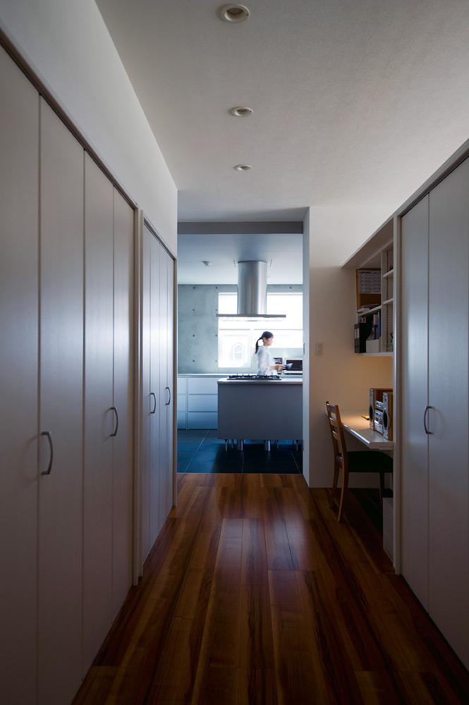 家事室から見る。キッチン本体を床から浮かせることで、空間が重たくなりすぎず、洗練された印象に