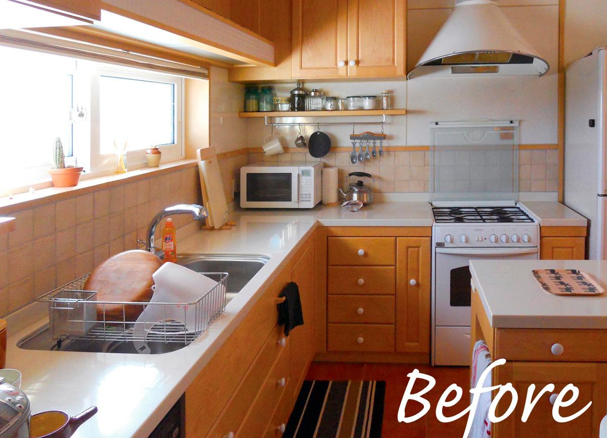リフォーム前後のキッチンの比較。フリースペースをなくした分、広さはほぼ倍に。内装のテイストも一新