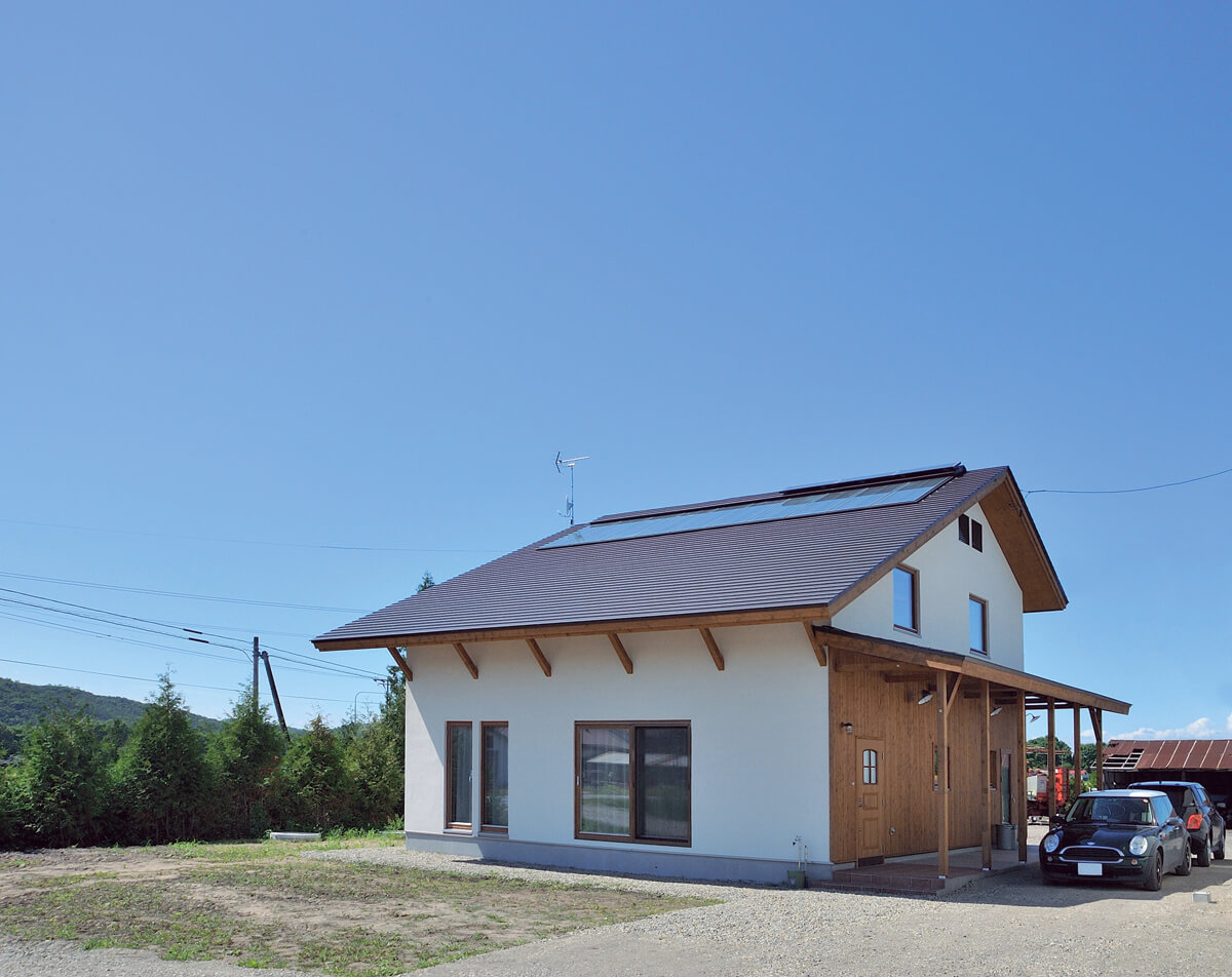 屋根にはOMソーラーの最大の特徴である集熱パネルを施工。「十勝晴れ」という言葉があるぐらい十勝は晴れの日が多く、太陽熱が環境に優しい住空間を可能にする