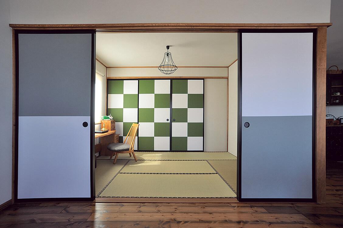 釧路から職人さんを呼んで襖紙を張った。和の本筋を貫いている和室