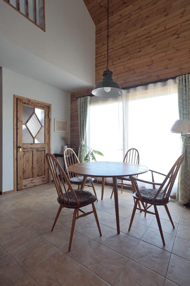 土間はテーブルを置いてお茶の時間を楽しんだり、来客時の対応スペースなど、使い方いろいろ。ガラスをひし形につかったドアのデザインが可愛い