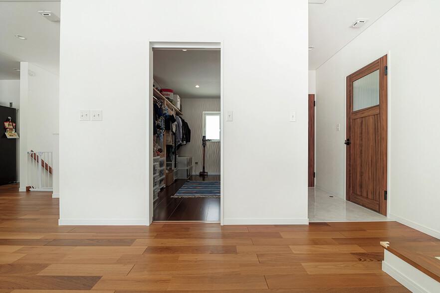 Mさん宅の暮らしの中心は2階。洗濯や着替えなどがスムーズに行えるように、リビングの横に大容量のウォークインクローゼットを設けた
