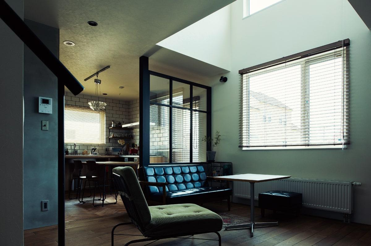インダストリアルデザインの住空間を提案するブランド「CASA × LABO」の仕様をベースにまとめられたリビングとダイニングキッチン。ガラスの仕切りによって、空間がほどよく分離されている