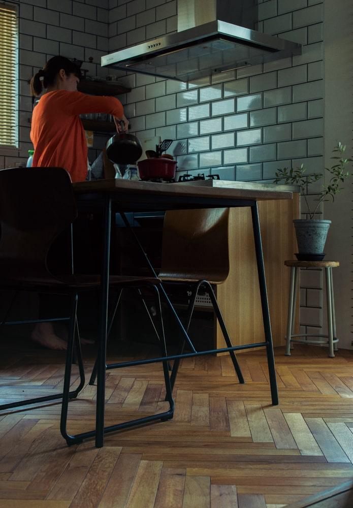 美しいヘリンボーンの床は、ヴィンテージ感あふれるテーブル&チェアと抜群のコンビネーション。チェアはもともと使っていたもので、ご夫妻の好みがしっかり反映された空間であることがわかる