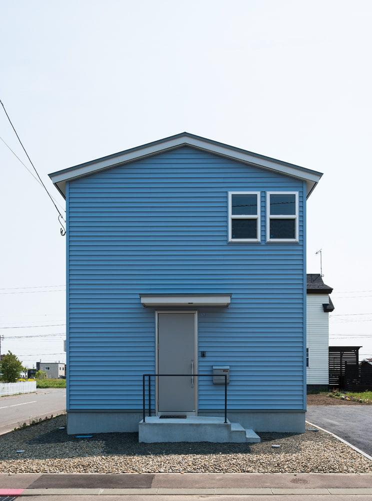 シンプルでスタイリッシュなデザインの外壁には、耐久性の高いゼオンサイディングを使用