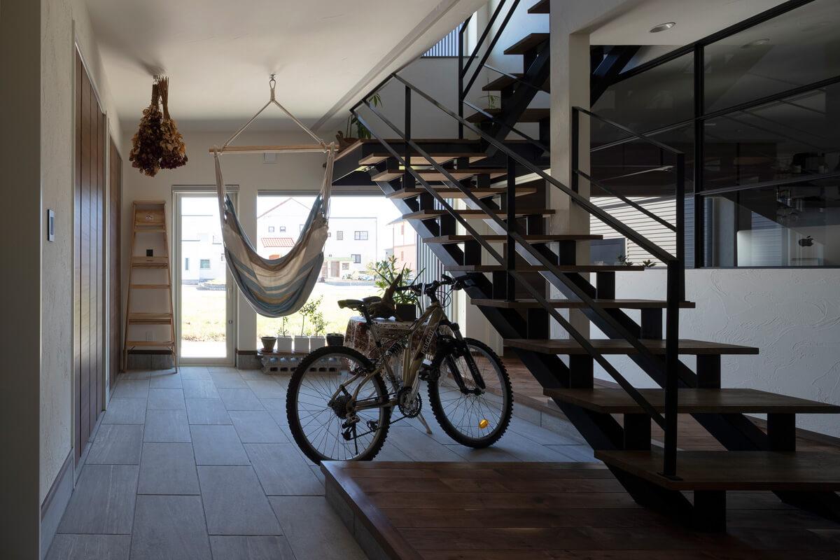 季節のディスプレイから自転車の手入れまで、さまざまに使える広々とした玄関土間