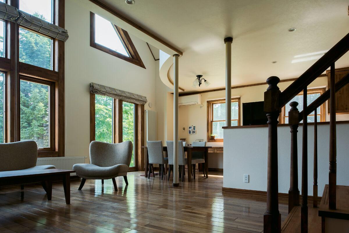 奥さんの希望でウォールナット無垢フローリングを採用し、木部は床に合わせて塗装