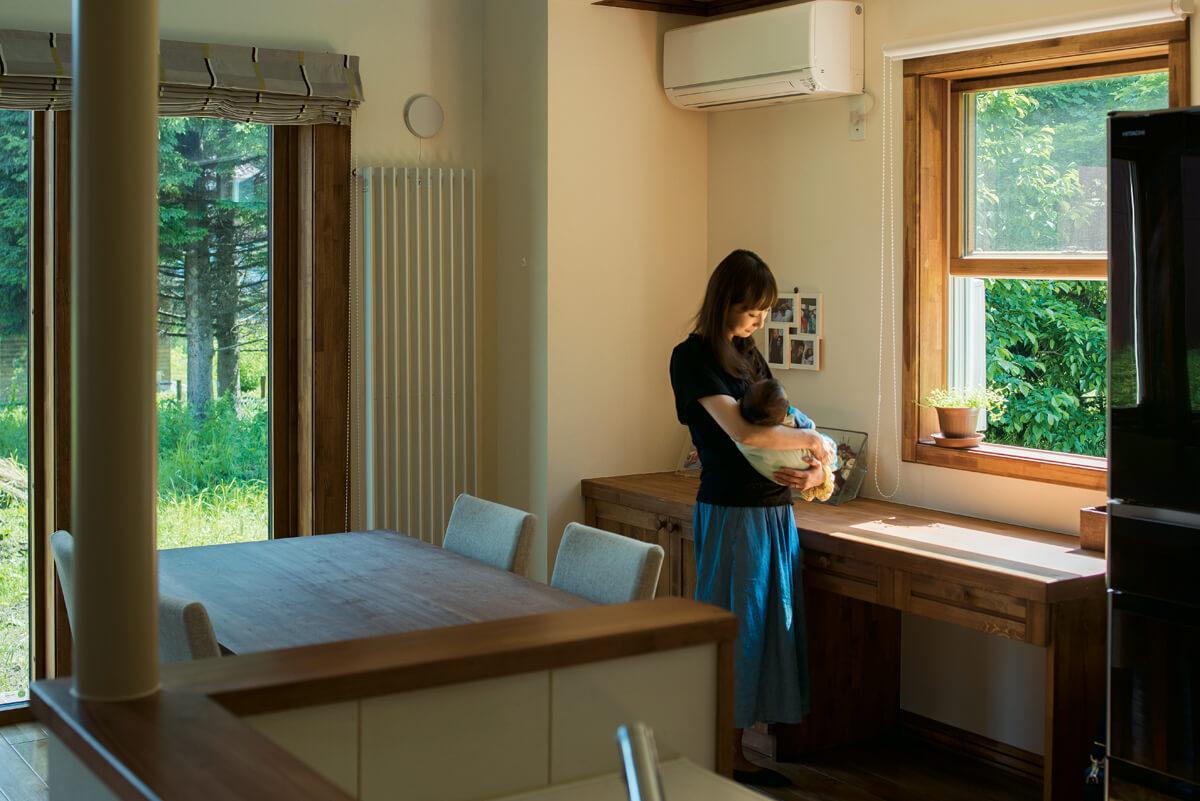木製サッシの上げ下げ窓を採用したダイニング。窓辺には家族で使えるカウンターデスクも設置
