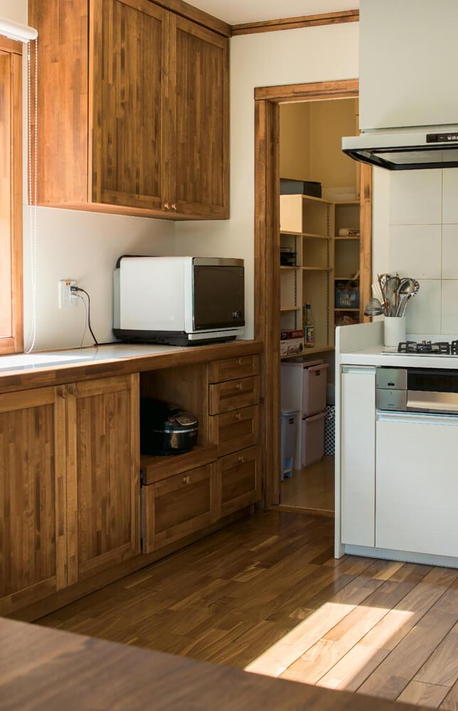 家事のしやすさと広さを実現するため、キッチンはオープンスタイルに。十分な収納量を確保したパントリーも備える