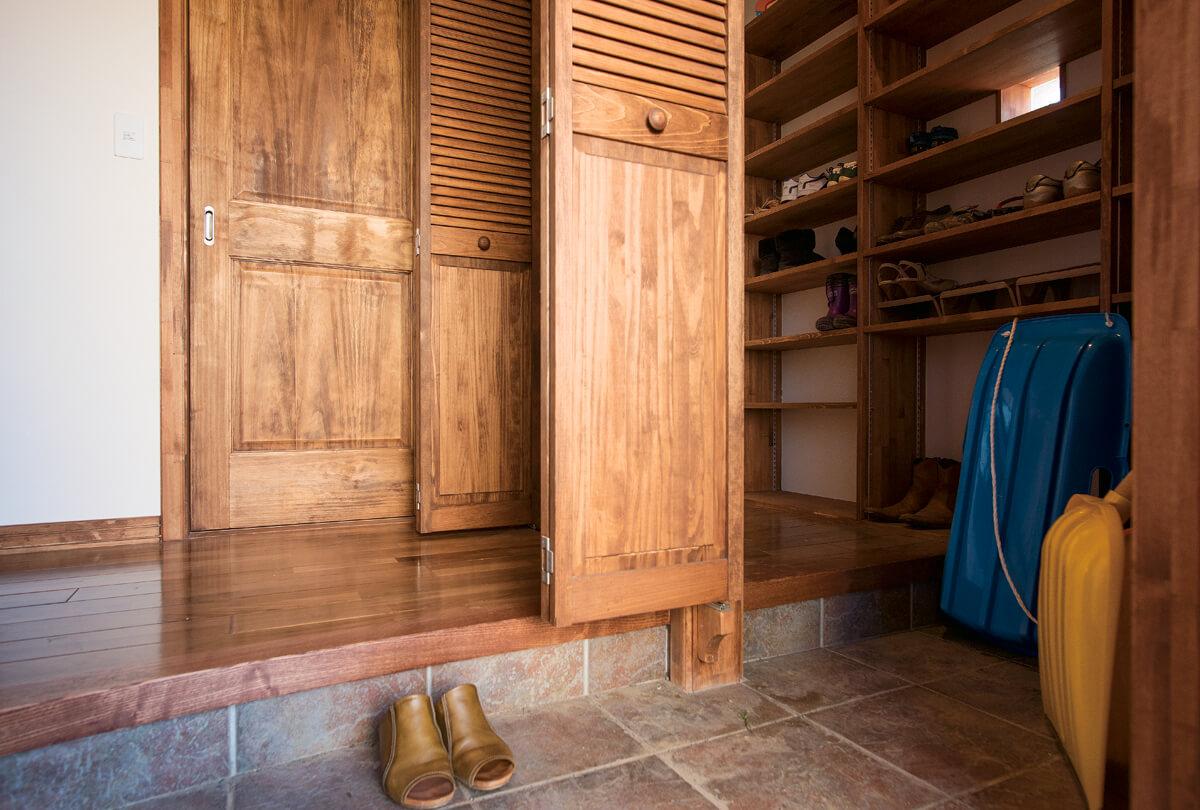 玄関には季節用品や靴などがたっぷりしまえるシューズクロークを設置。造作建具を閉めると、玄関まわりはすっきり