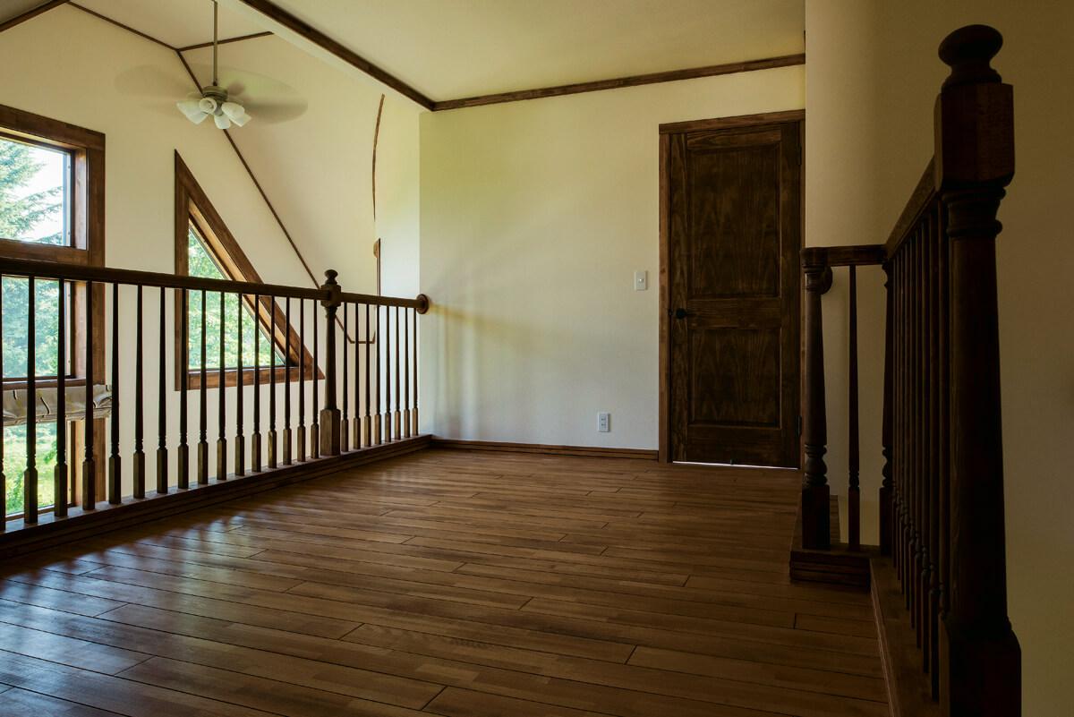 LDKを見下ろす2階階段ホールはゆったりとしたスペースがとられ、多目的に利用できるよう配慮されている