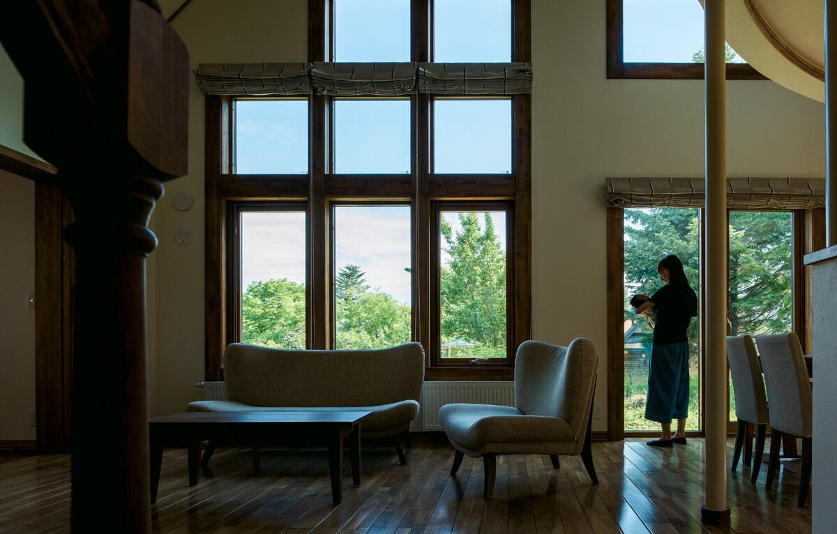 隣接する緑地や公園を一望できるリビングは、ご夫妻のお気に入り。眺めのいい家を実現し、Sさんは庭づくりに夢中とか