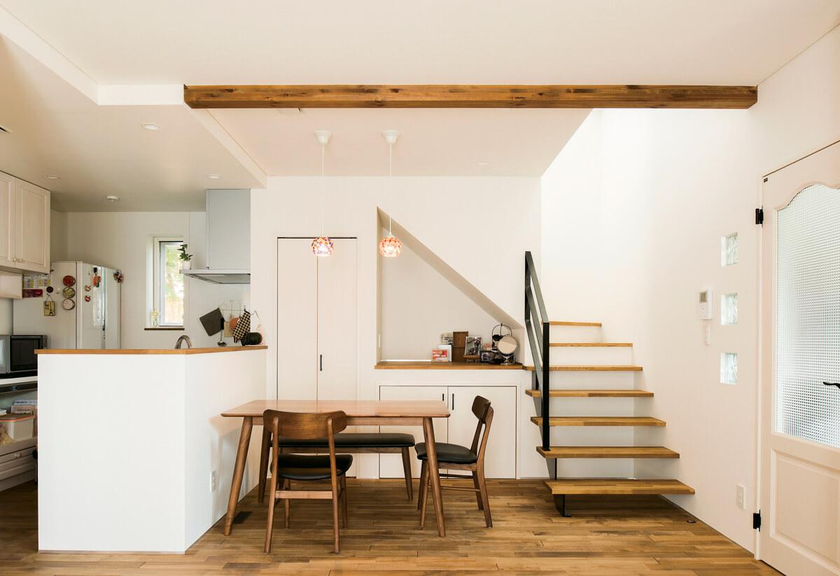 扉付き収納2ヵ所+オープンな収納棚を設けて、階段下のデッドスペースを有効利用