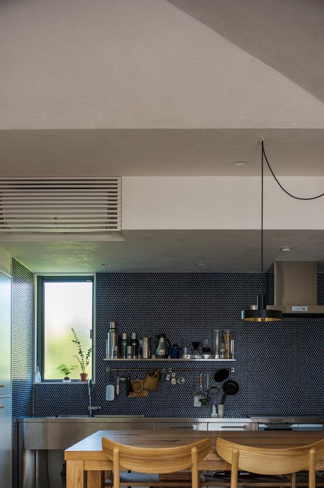 夫婦ともに大好きな色だというインディゴブルーのキッチンタイルや、ステンレスのシンクがスタイリッシュな空間を演出