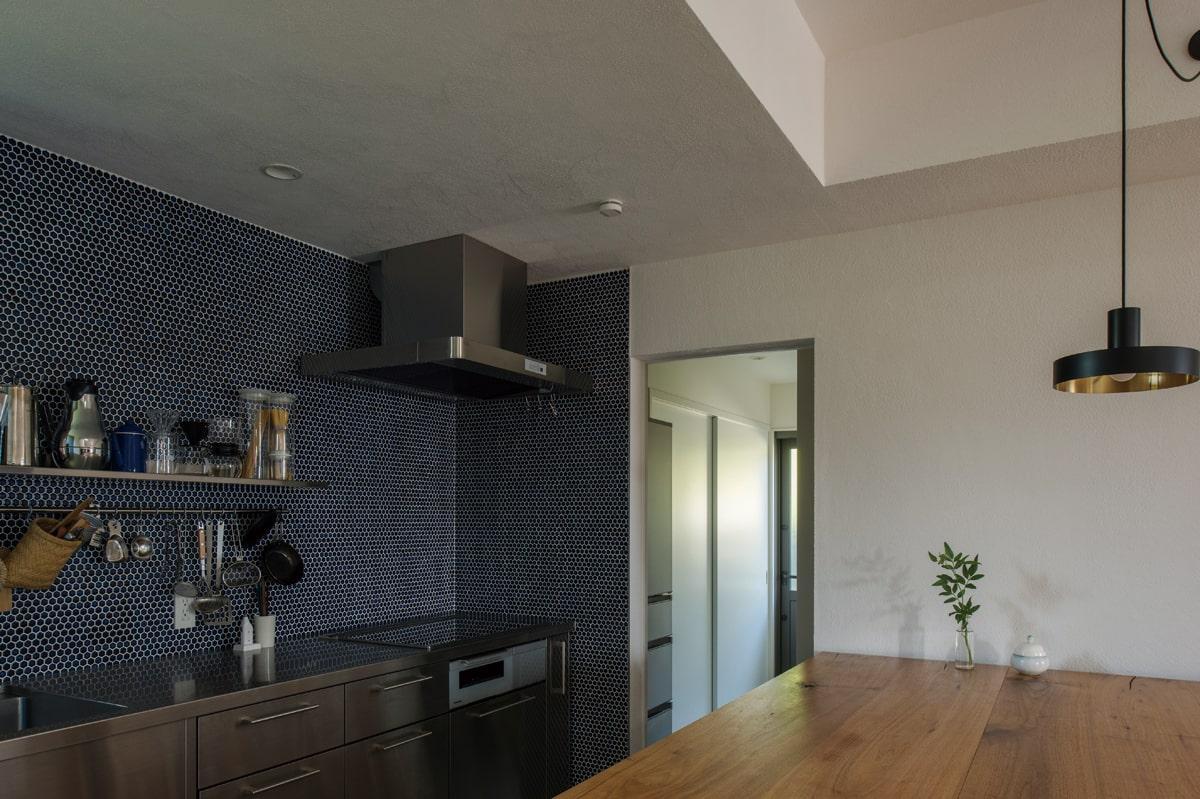 キッチンの奥には収納力たっぷりのパントリーが設けられている
