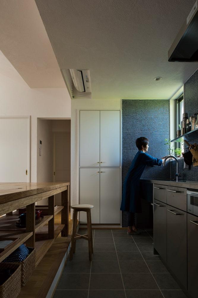 キッチンの床を低くしたことで、左手のダイニングへの動作も楽な姿勢で行える